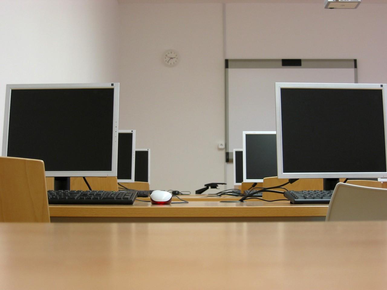 Monitory interaktywne dla szkół – jak załatwić dopłatę?