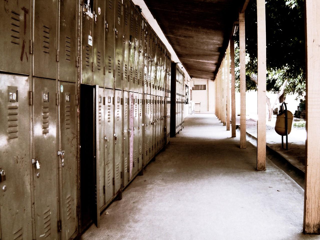 Korytarz szkolny: dekoracje i wyposażenie